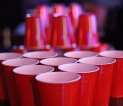 Une photo des verres de Beer Pong au bar WarpZone Vannes