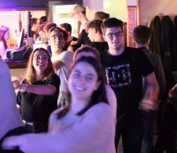 Un BDE joue à Just Dance au bar eSport WarpZone Vannes
